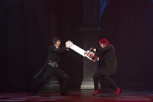 舞台上で華麗に戦闘を繰り広げるセバスチャンとグレル