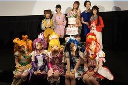 「映画ドキドキ!プリキュア」 声優とプリキュアがウェディングケーキで公開お祝い 画像