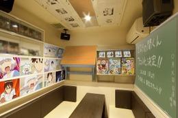 「となりの関くん」ルーム秋葉原に 黒板・机・シーン画像などで作品世界観を再現 画像