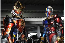 キカイダーが「仮面ライダー鎧武」に登場 石ノ森章太郎2大ヒーロー共演が実現 画像