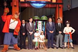 """バケモノの街""""渋天街""""の門でセレモニー!渋谷ヒカリエで「バケモノの子」展はじまる"""