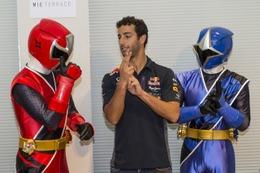 「ニンニンジャー」とオーストリアの人気ドライバーが対面 F1日本GP開催で実現