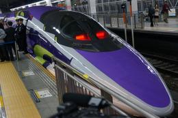 エヴァ新幹線出発式 山下いくとデザインで博多駅から新大阪目指す