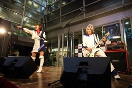 angelaの路上ライブにファン1000人 ニューシングル「DEAD OR ALIVE」も披露で大盛況 画像