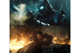 """「バットマン VS スーパーマン」2大ヒーローが""""素顔""""で対面  激突の経緯が明らかに"""