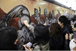 巨人が東京・大阪に再襲来!  「進撃の巨人」を描いた大迫力のスクラッチポスターが出現