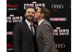 アイアンマンとキャップテン・アメリカがまさかのキス?! 「シビル・ウォー」UKプレミアでサプライズ
