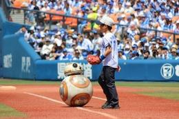 「スター・ウォーズ」BB-8が世界初の始球式 「とてもエキサイティング!」