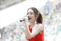安田レイがJ1リーグ始球式に登場 新曲「Message」で選手にエール