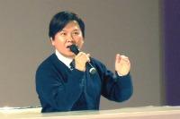 東京国際アニメフェア2013スペシャルステージ「声優アワード・放課後カリキュラム」で熱弁をふるう三ツ矢雄二