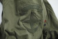 ジャケットの左袖には、ベルクロの連邦軍ワッペンが存在感をアピール。(C)SOTSU・SUNRISE