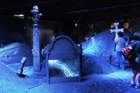 明るい外の町とは対照的な墓場の風景になっている。