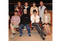 前列左から岩田光央、子安武人、三木眞一郎、早見沙織 後列左から神奈延年、高木渉、細井治、石塚運昇