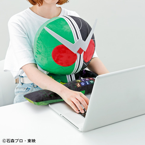 「PCクッション 仮面ライダーW」6,380円(税込)(C) 石森プロ・東映
