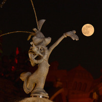 東京ディズニーリゾートにブルームーン! パークに輝く! 幻想的な写真を公開 画像