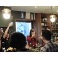 スナックで声優イベント!? 田所あずさ、昭和の薫り漂う空間でライブ&トークを披露【レポート&インタビュー】