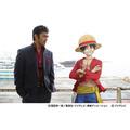 「世にも奇妙な物語」×「ワンピース」ドラマで初共演を果たした、阿部寛とルフィ