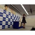 """黒崎真音、9thシングル発売記念イベントでファンと一緒に""""乾杯"""""""