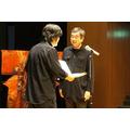 河口洋一郎さんから匠賞を受け取る。