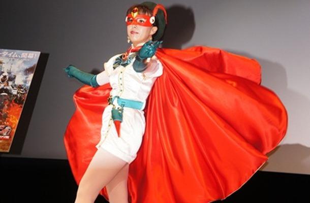 花島優子さん。マントをたなびかせる様子も昔のまま。