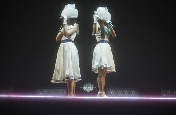 姿を見せたClariSの2人 依然謎に包まれた初のワンマンライブがZepp Tokyoで開催