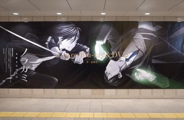 「ノラガミ ARAGOTO」夜トVS恵比寿の描き下ろし巨大看板が大阪・梅田に登場
