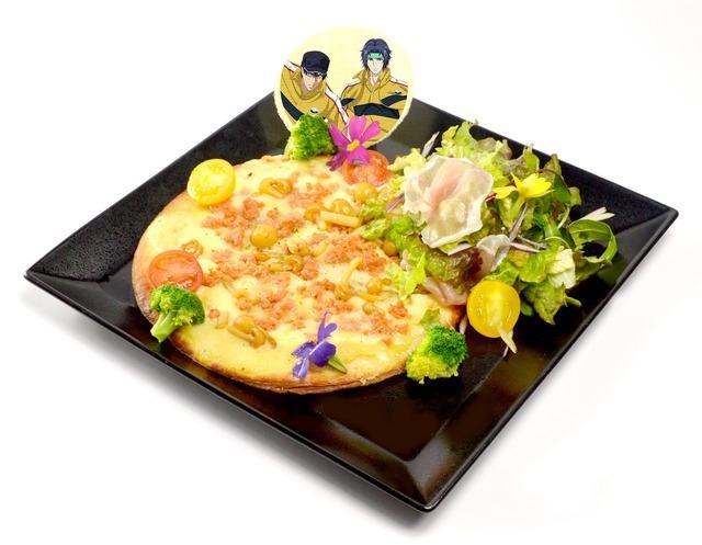 「新テニスの王子様 立海祭り in J-WORLD TOKYO」幸村、真田の鮭フレークとチキンのカルボナーラソースピザ ガーデンサラダ添え (1,080 円) (C)許斐 剛/集英社・NAS・新テニスの王子様プロジェクト