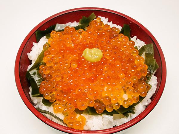 ヒナのイクラ丼 ¥1,200+税 (C)018 大武政夫・KADOKAWA刊/ヒナまつり製作委員会