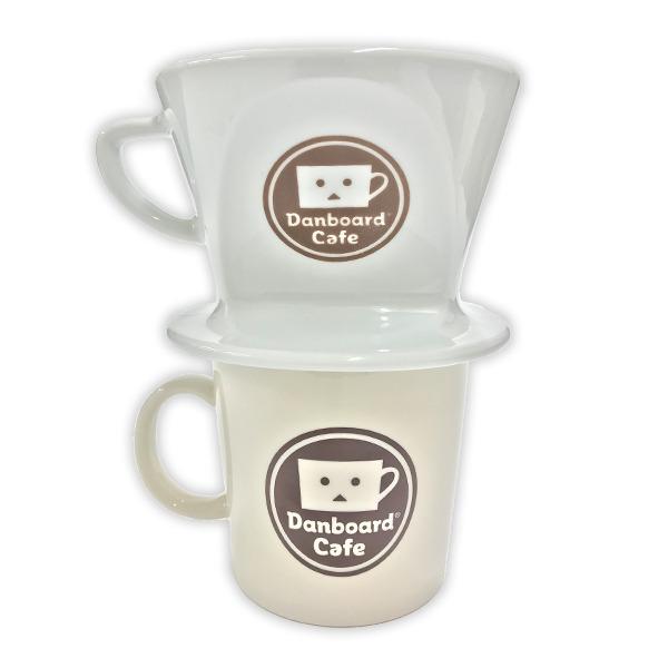 マグカップ 1,200円(税別)Kalita ドリッパー(全2種) 各3,000円(税別)(C)KIYOHIKO AZUMA/YOTUBA SUTAZIO (C)CAPCOM CO., LTD. ALL RIGHTS RESERVED.