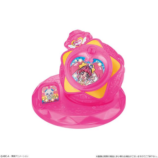 妖精の「フワ」のプレートが付いた台座から取り外すと、ボールチェーンをつけてチャームのようにすることも可能だ。