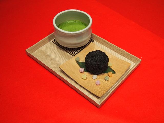 「まっくろなくろ胡麻おはぎのお茶セット」864円(店内提供専用)(C)TS (C)Studio Ghibli