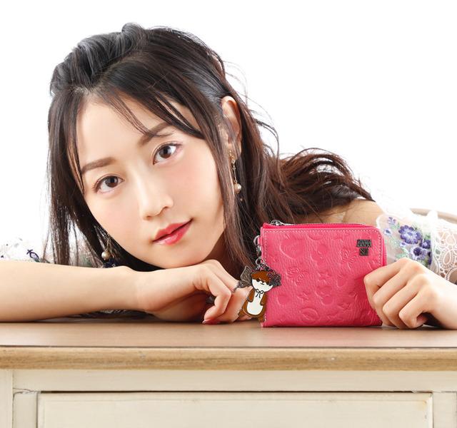 「ANNA SUI×小倉 唯 牛革マルチウォレット」各9,800円(税別)