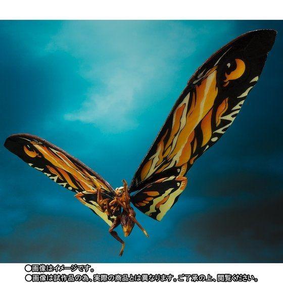 中国奥地でモナークが監視していた伝説の生物・モスラは、幼虫、さなぎを経て女神のように美しい成虫になった姿。