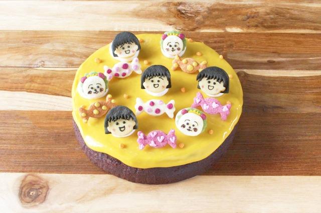 「Chocolate cake さむいあさのおはなしの巻」(ドリンクセット) 1,380円(税抜)/1カット(C)さくらももこ(C)さくらプロダクション