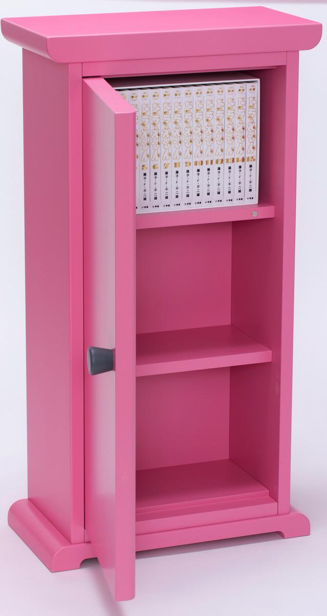 「100年ドラえもん」購入者限定販売「どこでもドア型本棚」(C)藤子プロ・小学館