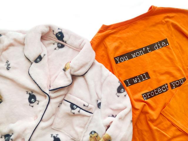 「エヴァンゲリオン×チュチュアンナ」コラボ商品第3弾「[EVANGELION]ゆるしとポケット刺繍マイクロファイバーパジャマ」¥3,619(税込)&「[EVANGELION]セリフロゴTシャツ」¥1,650(税込)(C)カラー