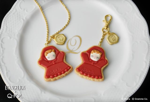 アスカのパペット シュガークッキー・ネックレス 9,500円(税別)/バッグチャーム8,000円(税別)(C)khara(C)Gramme Co.
