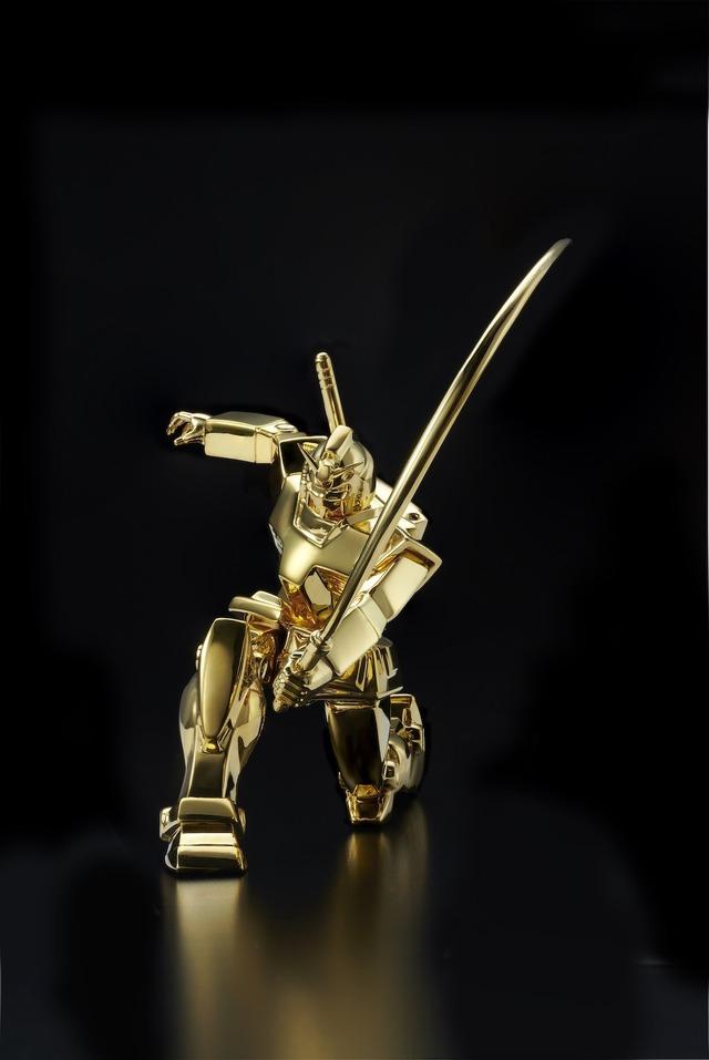 『機動戦士ガンダム』 純金像 RX-78-2 ガンダム(ビームサーベルVer.)(C)創通・サンライズ